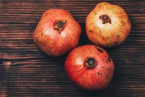 Haufen frischer Granatäpfel foto