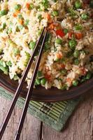 gebratener Reis mit Ei, Erbsen, Karotten-Nahaufnahme vertikaler Draufsicht