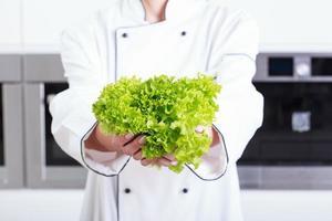 Person, die Salat hält
