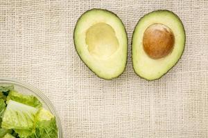 halbierte Avocado und Salat foto
