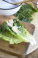 Salat auf Schneidebrett foto