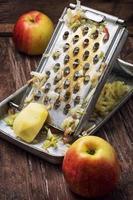 reife aromatische Äpfel für Obstsalat foto
