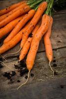 Bund Karotten auf Holz foto