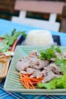 gekochtes Schweinefleisch mit Limetten-, Knoblauch- und Chilisauce foto