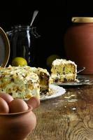 hausgemachter Karottenkuchen und auf Glasplatte frische Eier schneiden foto