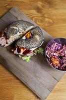Bagel und Salat foto