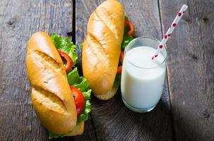 Sandwiches und Milch foto