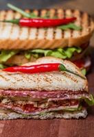 frisch zubereitete Club Sandwiches foto