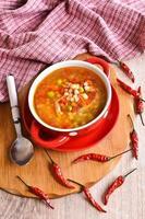 Suppe mit kleinen Nudeln und Gemüse