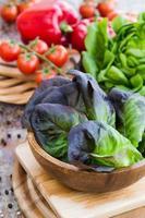 Salateiche mit Tomaten und Paprika auf einer Holzoberfläche foto