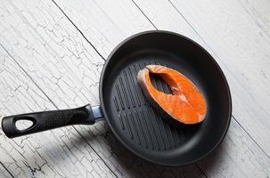 frisches Lachssteak auf der Grillpfanne foto