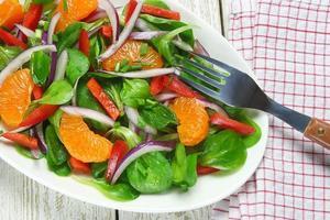 Salat aus Lammsalat, Mandarinen, Paprika und Zwiebeln foto
