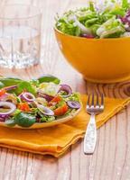 Vegetarischer Salat mit Salat, Tomaten, Oliven und Zwiebeln foto