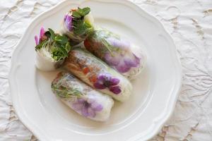 hausgemachte Reispapierrollen mit essbaren Blumen foto