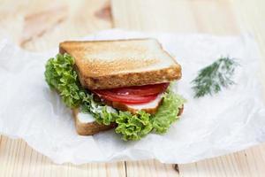 gesundes Schinkensandwich mit Käse, Tomaten und Salat foto