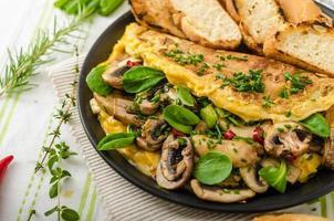 Omelett mit Pilzen, Lammsalat, Kräutern und Chili