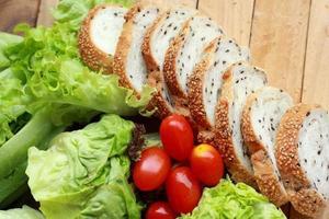 Brot mit Sesam bestreut - Gemüse grüner Salat foto
