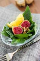 Salat mit Feigen, Nüssen und Orange. foto