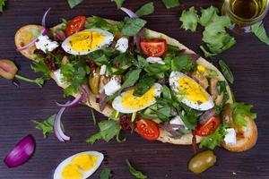 griechischer Steaksalat auf Brot mit Eiern und Feta foto