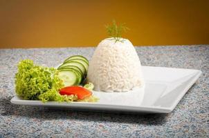 Reis auf weißem Teller