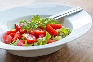 frischer Tomatensalat mit Basilikum foto