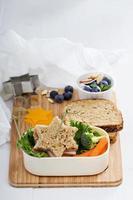 Brotdose mit Sandwich und Salat foto