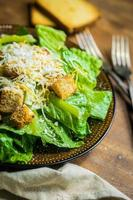 Caesar Salat auf rustikalem Hintergrund foto