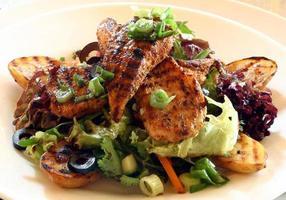 Gegrillter Hühnersalat mit Kürbis, Frühlingszwiebeln und Oliven foto