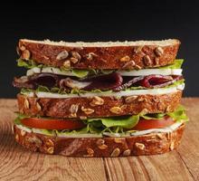 Sandwich auf Holzhintergrund foto