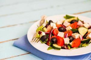griechischer Salat auf hölzernem Hintergrund