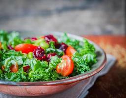 Grünkohl-Edamame-Salat auf rustikalem Hintergrund foto