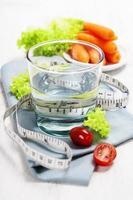 frisches gesundes Gemüse und Wasser foto