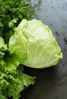frischer Kohl, Salat, Petersilie auf einem Holztisch, selektiver Fokus foto