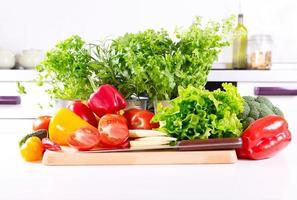 frisches Gemüse in der Küche foto