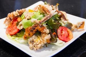 gebratener Salat mit weichen Krabben