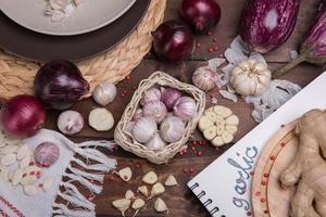 Knoblauch und Zwiebeln foto