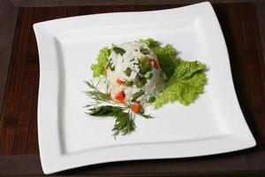 Salat aus weißem Reis, Spargel, Erbsen, Paprika und Gemüse foto