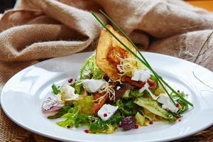 frischer Frühlingssalat mit Feta-Käse, rote Zwiebel in Weiß