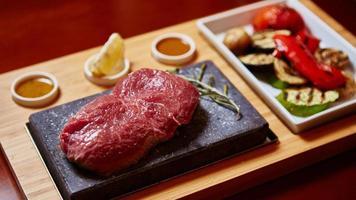 Fleisch auf Stein mit Gemüse gegrillt