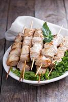 Schweinefleischspiesse mit frischen Salatblättern