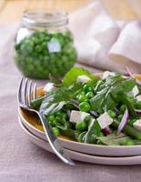 Salat mit Erbsen, Bohnen, roten Zwiebeln und Feta-Käse
