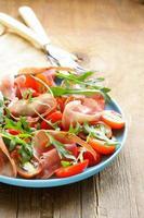 Salat mit Parmaschinken (Jamon), Tomaten und Rucola
