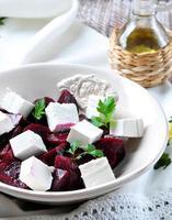 Rübensalat und Weichkäse mit Olivenöl und Petersilie foto