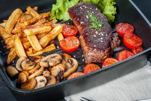 gebratenes Steak mit Pommes. foto