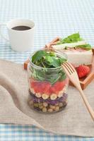 Einmachglas Salat und Sandwich foto