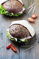 gesundes Sandwich mit Schinken, Käse und Salat foto