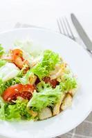 Caesar Salat mit Huhn, Kirschtomaten, Salat foto