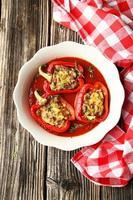 rote Paprika gefüllt mit Fleisch, Reis und Gemüse