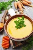 Karottensuppe im Keramiktopf foto