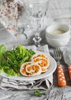 Hühnerroulade mit Kürbis und frischem grünem Blattsalat foto